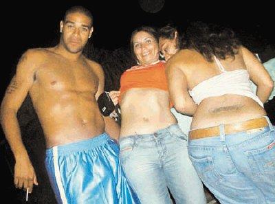 Periódico de Brasil señala que el futbolista Adriano asiste a ...